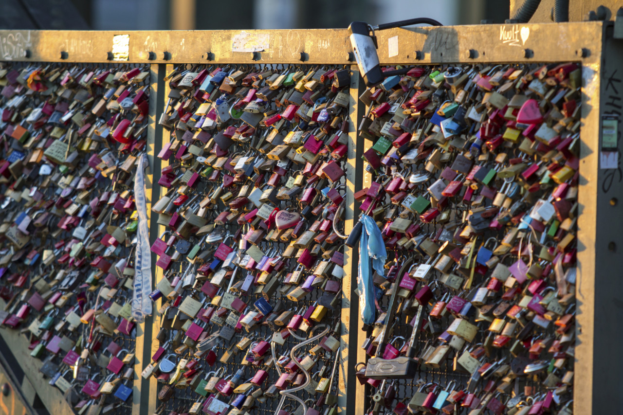 Paris Officials Seek Artistic Solution to Tourists' Love Locks Obsession