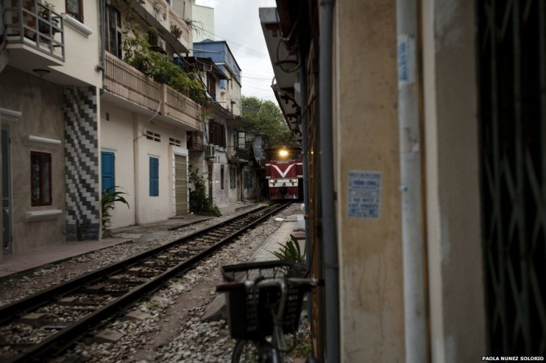 Vietnam in Pictures: Living Beside the Tracks