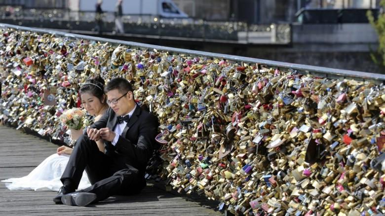 Paris Will Permanently Remove All The Love Locks on Pont Des Arts Bridge